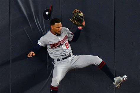 Byron Buxton exits with back injury after making catch at wall